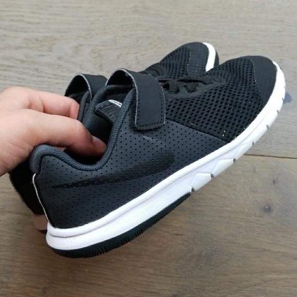 bcda34a68ba2 Nike Flex Experience RN Boys 1y shoes Velcro strap.  M 5afba6d6a44dbe637102a926
